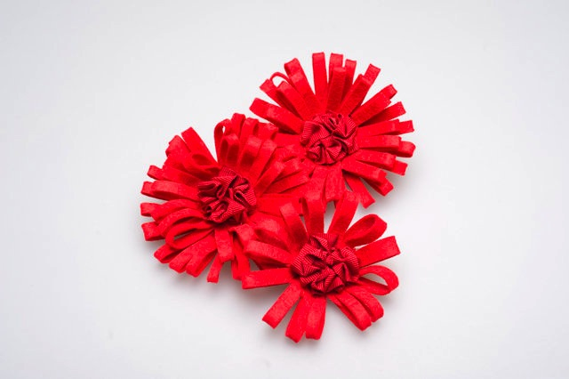 Brooch by handiworkbaby wing choi, 3 sizez (S,M,L), red woolfelt flower
